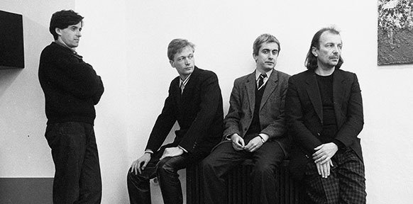 4 junge schwarzgekleidete Künstler psoieren
